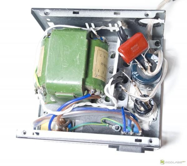 В нем располагаются два анодных конденсатора 470 мкФ, 450 В и дроссель.  Схема включения П-образная.