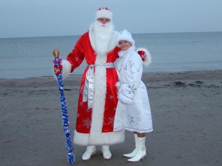 Дед мороз и снегурочка на пляже