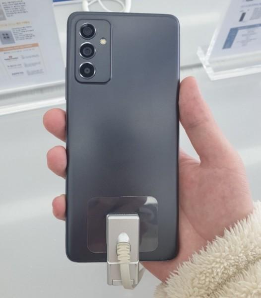 Дизайн будущего смартфона Samsung Galaxy A82 засветился на живых фотографиях