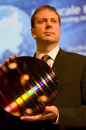 Кирк Скауген, генеральный менеджер и вице-президент Intel Data Center Group демонстрирует тестовую пластину с 22-нм процессорами Knights Corner